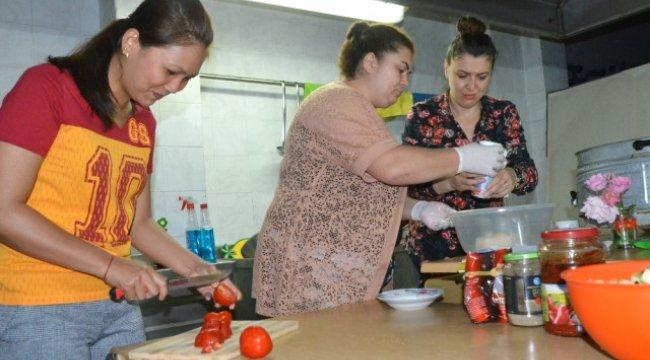 Filipinli Gelin' Türk Yemeklerini Öğreniyor